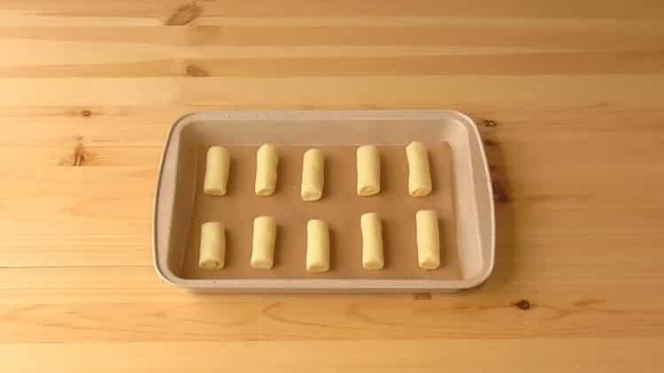 Для приготовления печенья на сметане разогрейте духовку