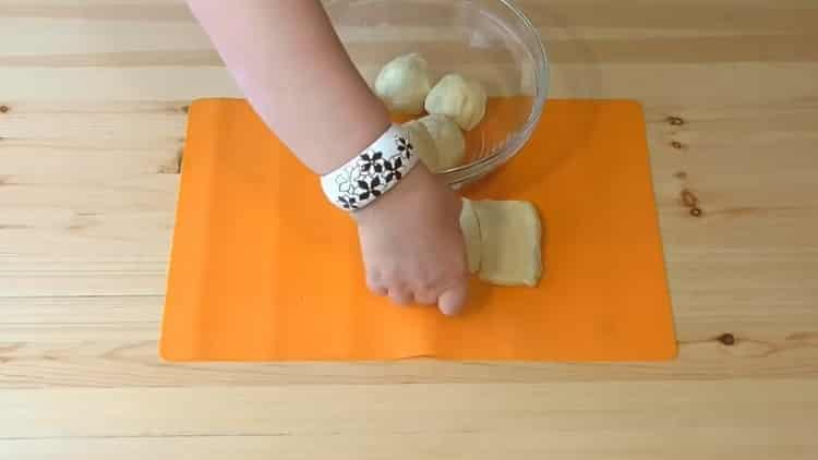 Для приготовления печенья на сметане нарежьте тесто