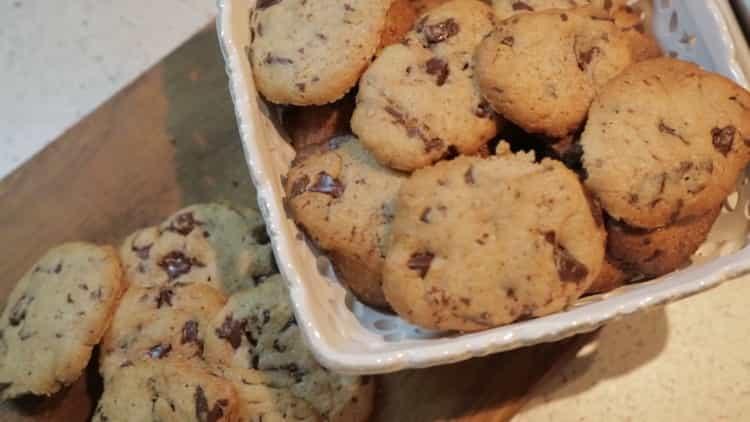 печенье с кусочками шоколада готово