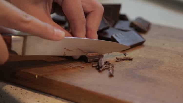 Для приготовления печенья с кусочками шоколада, нарежьте шоколад