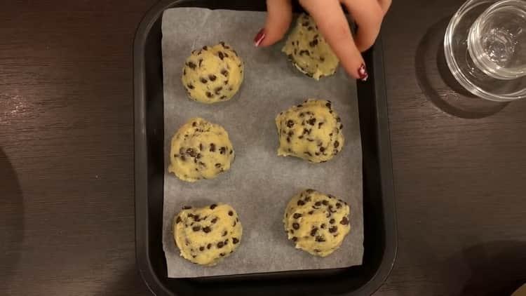 Для приготовления печенья с шоколадной крошкой разогрейте духовку