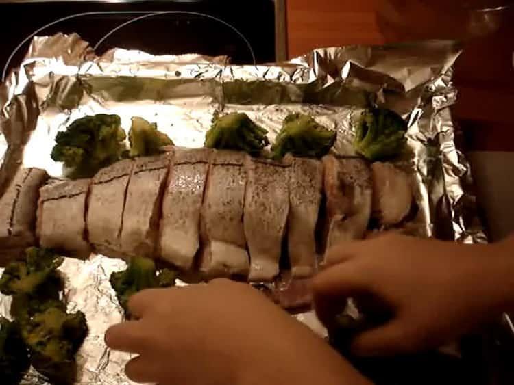 Для приготовления пикши выложите капусту на противень