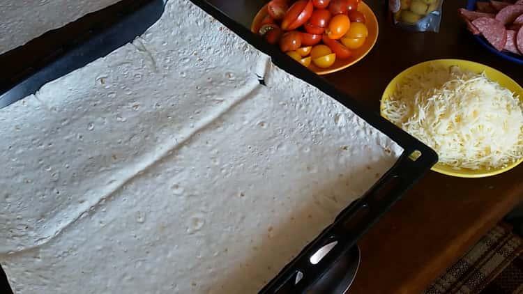 Для приготовления пиццы из лаваша в духовке подготовьте форму