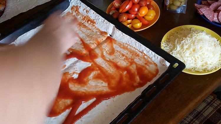 Для приготовления пиццы из лаваша в духовке подготовьте соус