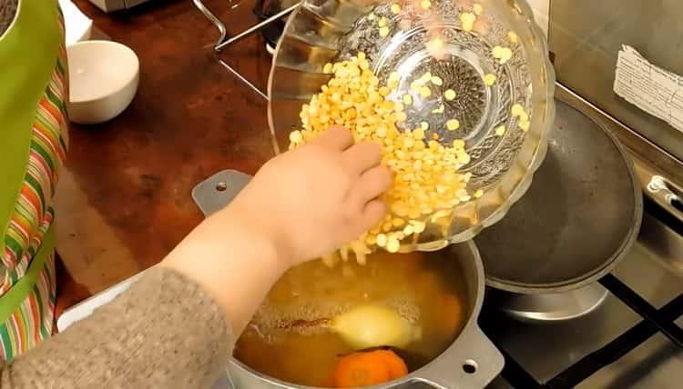 Для приготовления постного куриного супа отварите горох