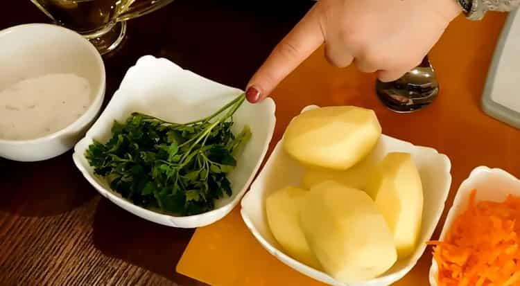 Для приготовления постного куриного супа нарежьте картофель