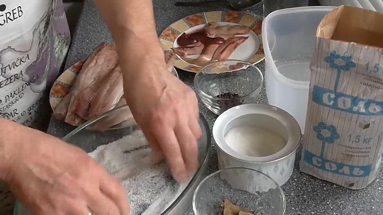 Для засолки сельди,приготовьте соль