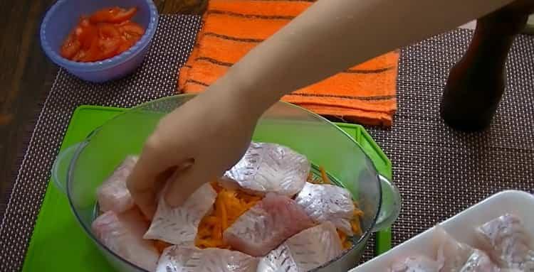 Для приготовления рыбы в пароварке. выложите рыбу на морковь