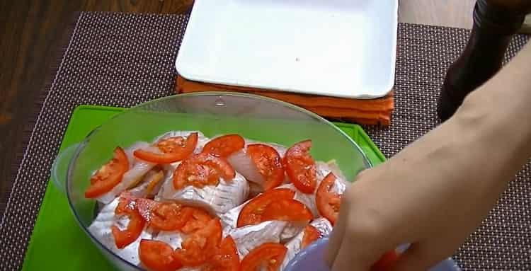 Для приготовления рыбы в пароварке. выложите помидоры