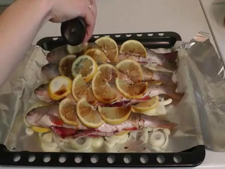 Для приготовления рыбы голец полейте соевым соусом
