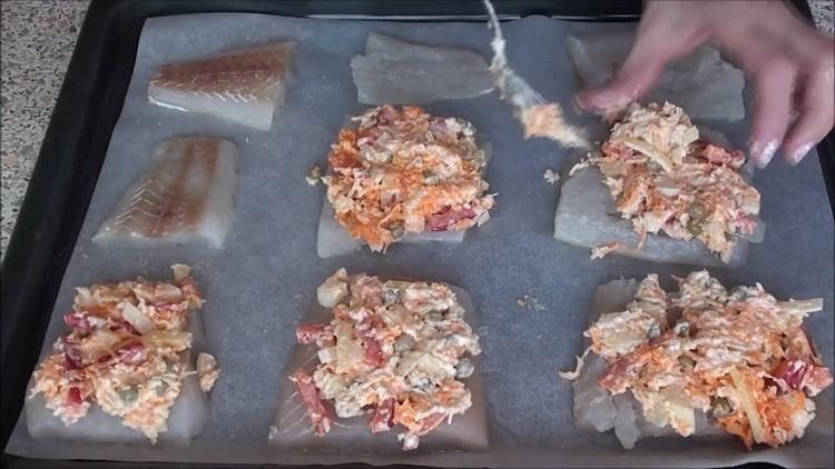 Для приготовления рыбы под шубой в духовке выложите начинку на рыбу