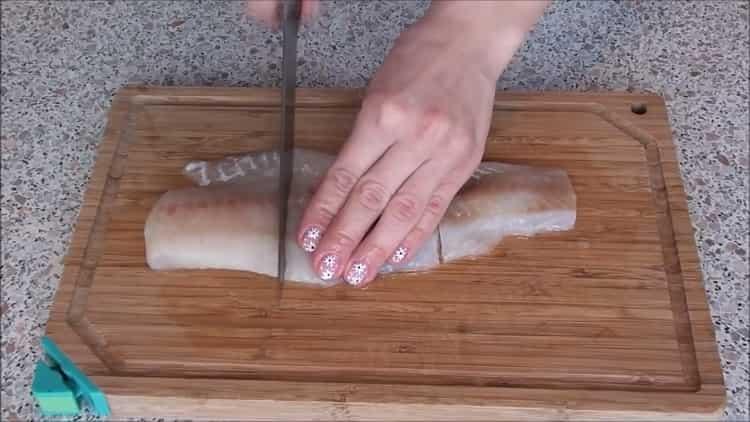 Для приготовления рыбы под шубой в духовке нарежьте рыбу