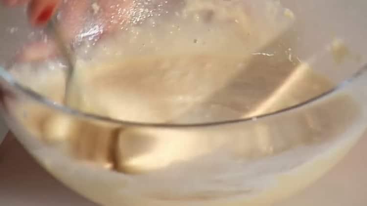 Для приготовления рыбы с рисом, добавьте в муку белки