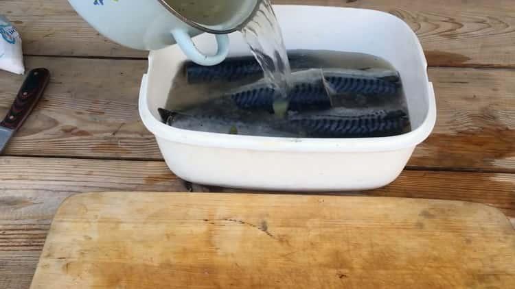Для приготовления рыбы холодного копчения подготовьте рассол