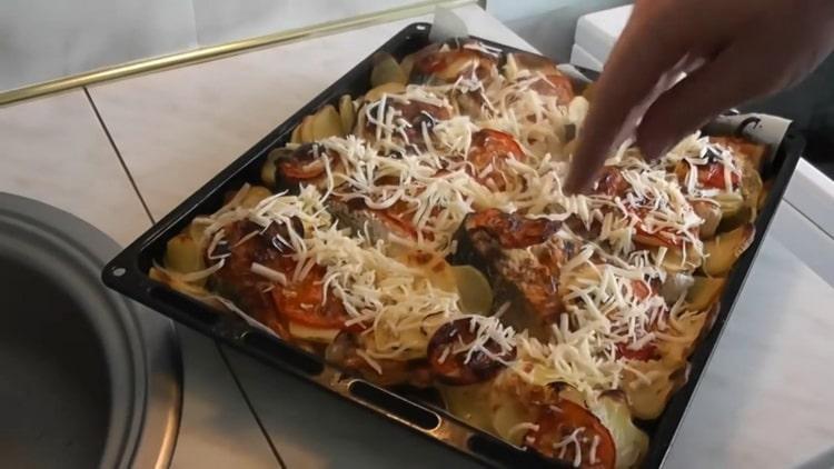 Для приготовления семги с картошкой в духовке, натрите сыр