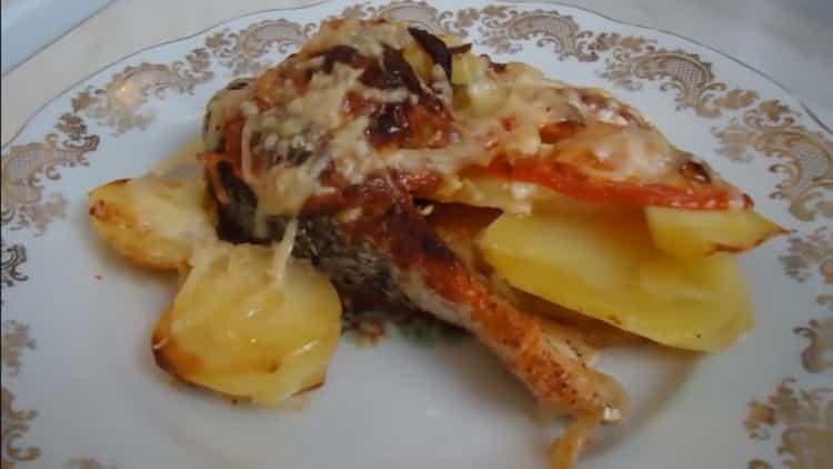 Для приготовления семги с картошкой в духовке, подготовьте ингредиенты