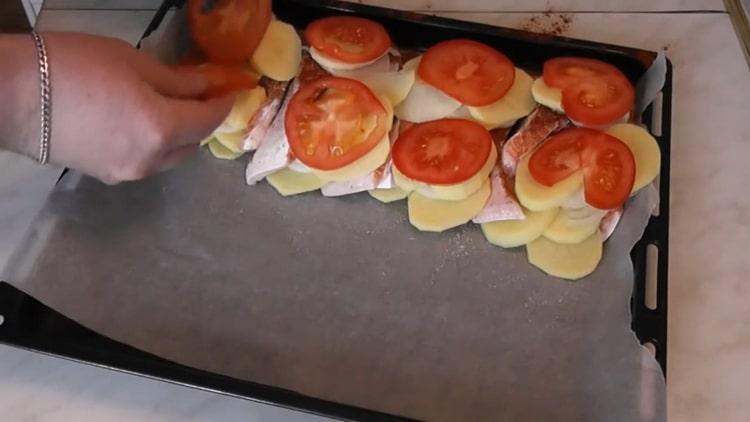 Для приготовления семги с картошкой в духовке, нарежьте помидоры