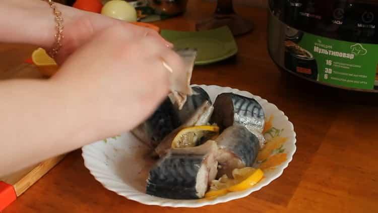 Для приготовления скумбрии в мультиварке, добавьте специи