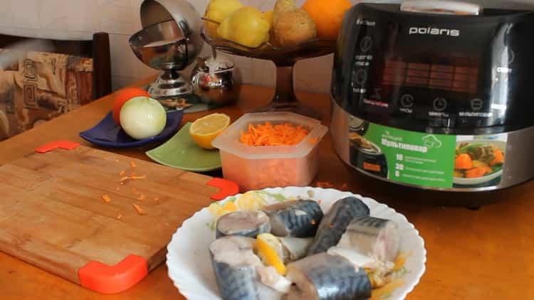 Для приготовления скумбрии в мультиварке, натрите морковь