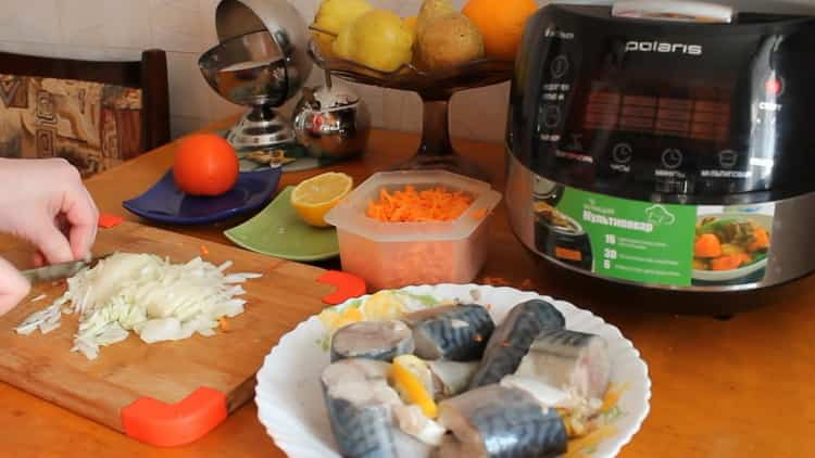 Для приготовления скумбрии в мультиварке, нарежьте лук