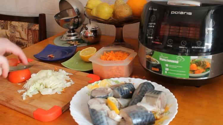 Для приготовления скумбрии в мультиварке, нарежьте помидоры
