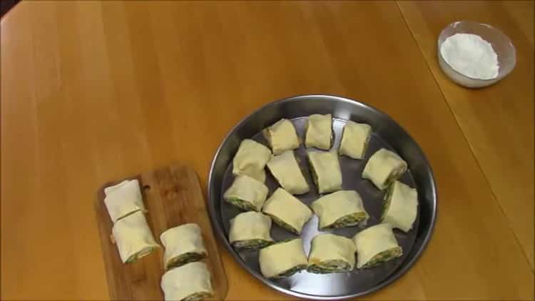 Для приготовления слоеного хинкали, нарежьте тесто