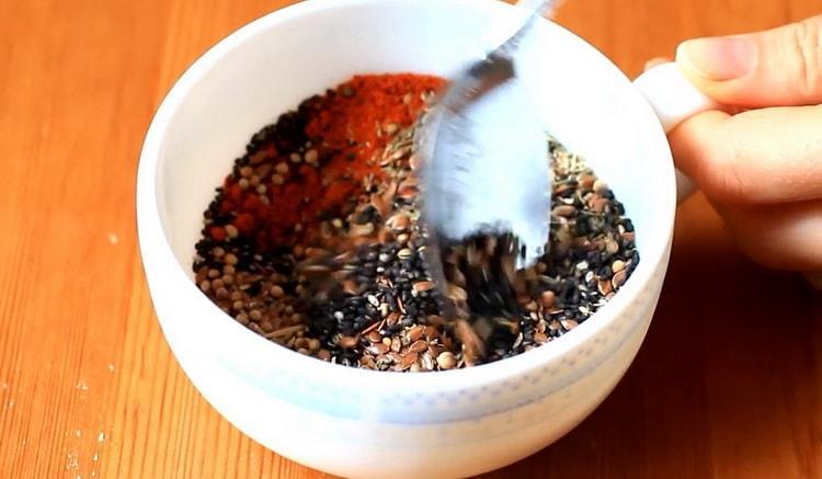 Для приготовления соленого печенья смешайте специи