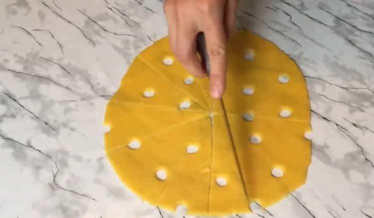 Для приготовления сырного печения, нарежьте тесто