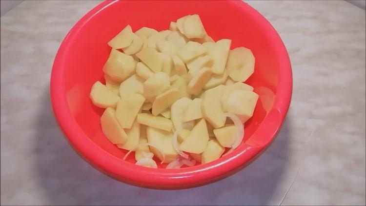 Для приготовления рыбы сырка нарежьте картофель