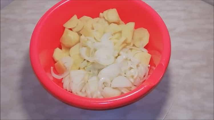 Для приготовления рыбы сырка нарежьте лук