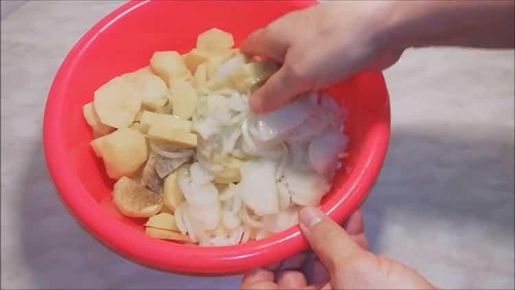 Для приготовления рыбы сырка смешайте и посолите ингредиенты