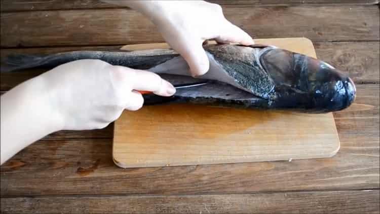 Для приготовления толстолобик в духовке, сделайте надрез на рыбе