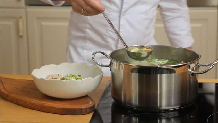 Для приготовления ухи из горбуши, соедините все ингредиенты