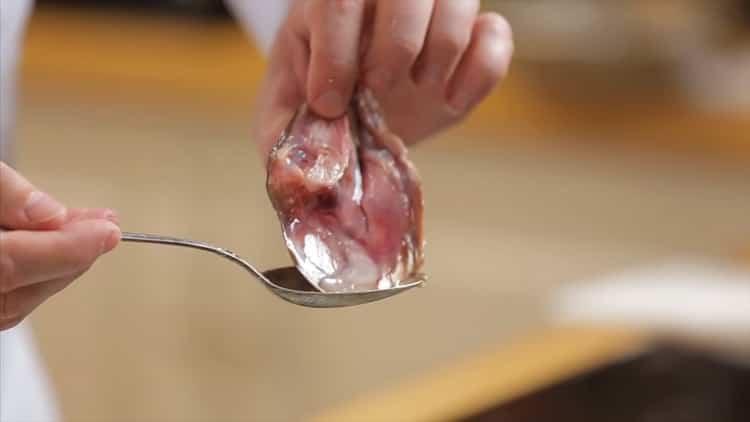 Для приготовления ухи из горбуши отварите рыбу
