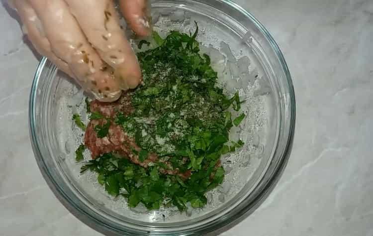 Для приготовления хинкали по простому рецепту с фото смешайте ингредиенты для фарша