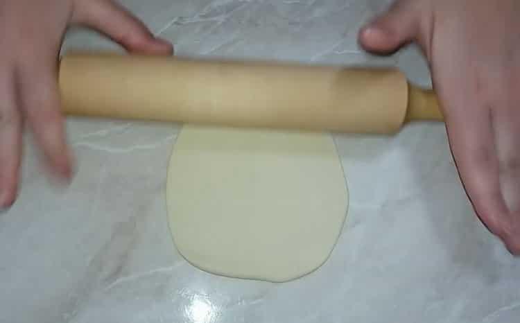 Для приготовления хинкали по простому рецепту с фото раскатайте тесто