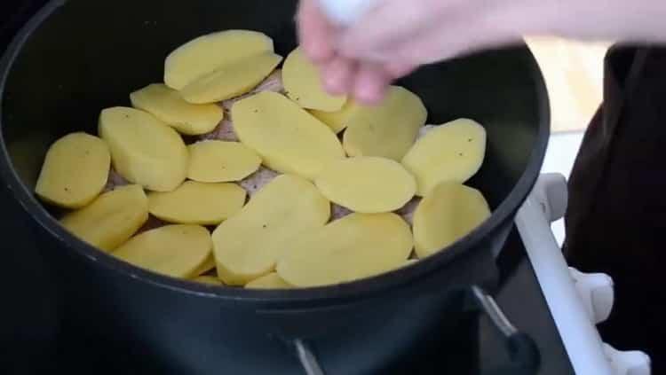 Для приготовления хинкала дагестанского, нарежьте картофель