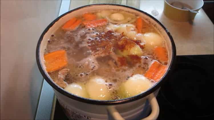 Для приготовления холодца из лапок, добавьте овощи