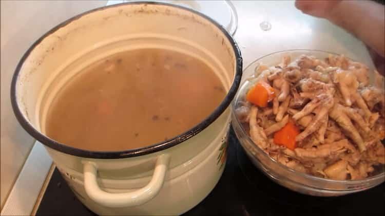 Для приготовления холодца из лапок, процедите бульон