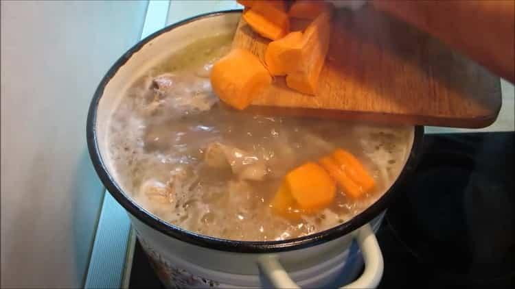 Для приготовления холодца из лапок, нарежьте морковь