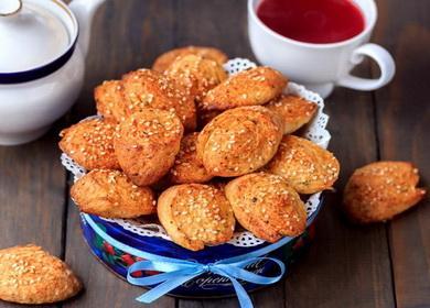 Ароматное и вкусное печенье из плавленных сырков с кунжутом и сушеными травами.
