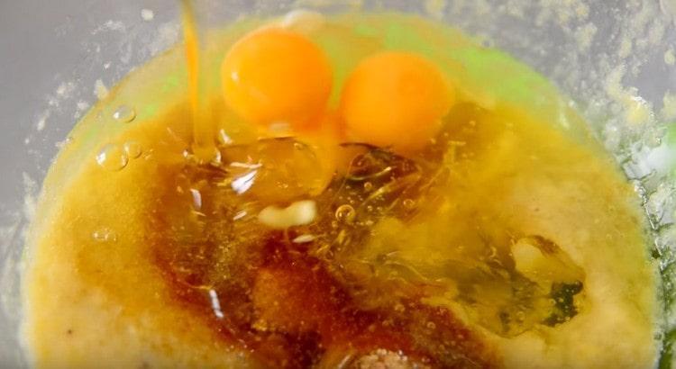 К банановому пюре добавляем растительное масло, яйца, сахар.