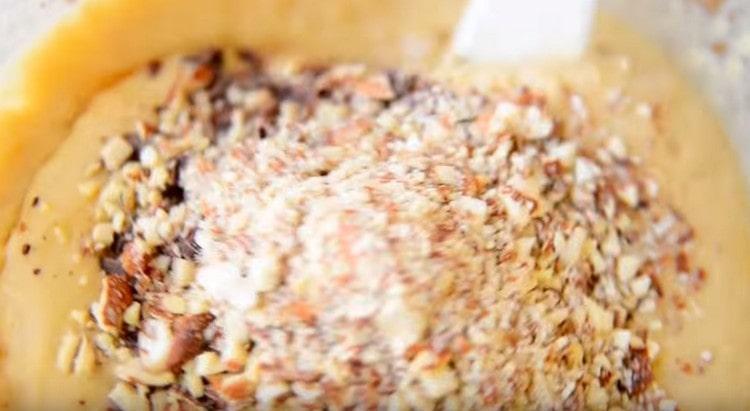 Шоколад и миндальную крошку высыпаем в тесто и перемешиваем.