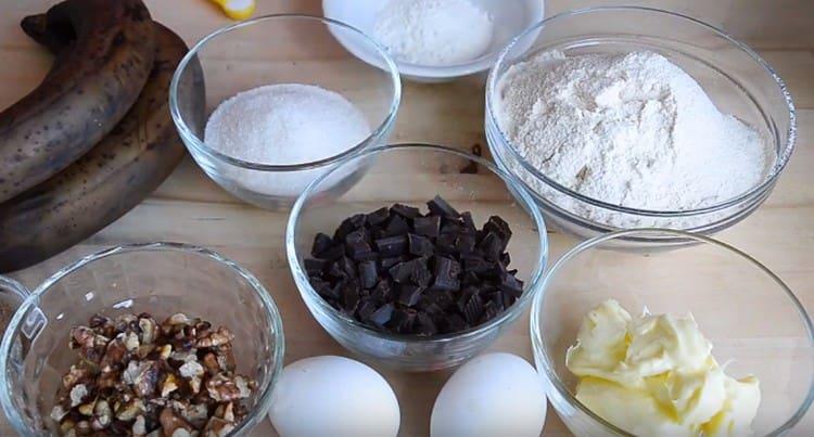 Сливочное масло достаем из холодильника, чтобы оно размягчилось, орехи и шоколад ломаем или нарезаем на кусочки.