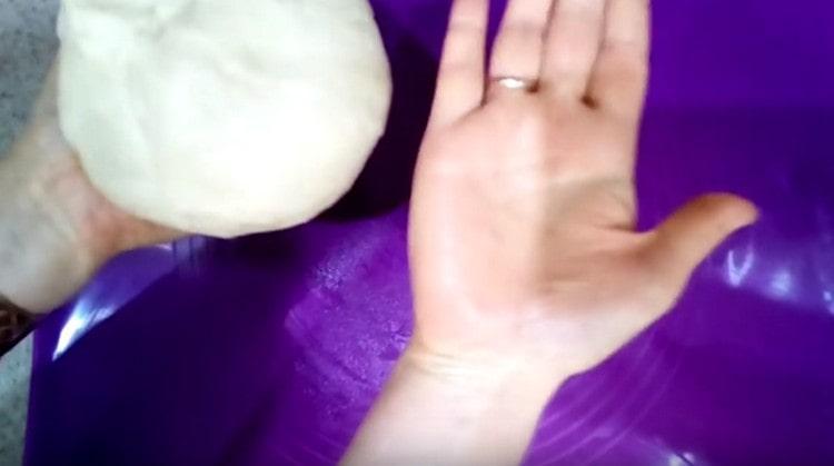 Хорошо вымешиваем тесто, чтобы оно не прилипало к рукам.