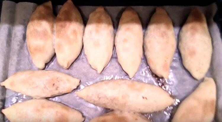 Такое бездрожжевое тесто для пирожков в духовке получается мягким и вкусным.