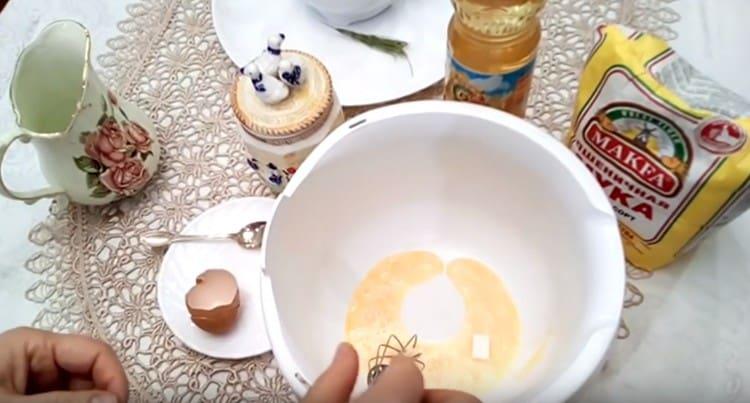 Для теста берем яйцо, добавляем к нему соль и сахар.