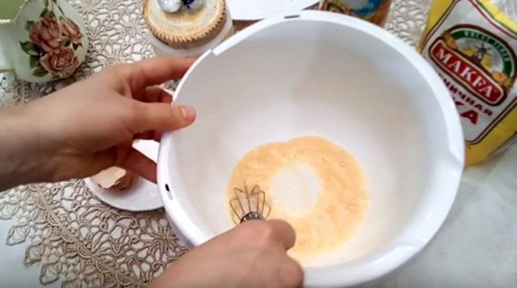 Перемешиваем яйцо венчиком.