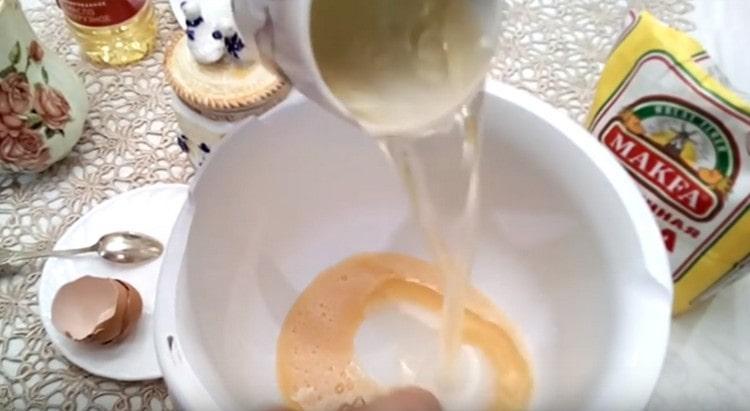Добавляем к яйцу воду с растительным маслом.