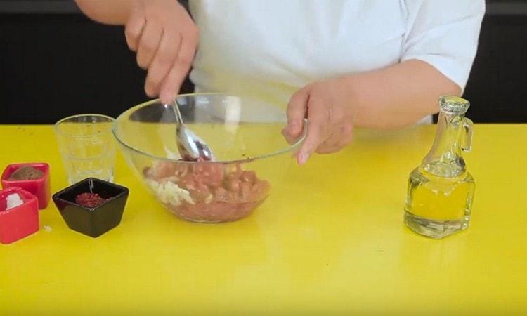Добавив приправы, соль, перец, перемешиваем начинку.